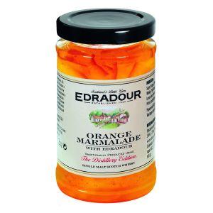 Orangen Marmelade mit fein und grob geschnittener Schale und Edradour Highland Single Malt Scotch Whisky.